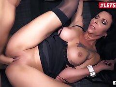 Lady Paris Trainer Had Intercourse Wits Big Female parent