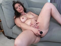 Video of horny MILF Katrina Sobar effectuation with her orgasmic puss