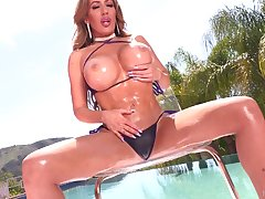 Juggy and bootyful porn diva Richelle Ryan takes cumshots on her boobs