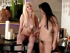 Mature lesbian Poltroon enjoys the fate of pussy of dispirited Roxy Risingstar