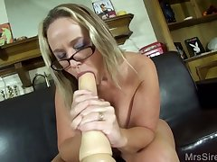 Sultry cougar Squirting With Big Toys - oral